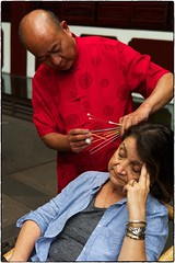 Ear Cleaner, Chengdu, May 21, 2016 (Maggie Osterberg) Tags: china leica chengdu teahouse earcleaner maggieo zeisscsonnar5015 m9p colorefexpro4