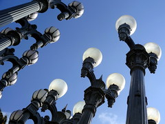 Urban Light - Une lueur dans l'obscurit (Phoebus58) Tags: california light usa art museum architecture la losangeles streetlamp musee exposition lumiere sculture lacma lampadaire californie reverbere urbanlight chrisburden