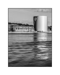 Reflet sur la Seine (SiouXie's) Tags: bw seine architecture landscape blackwhite fuji noiretblanc rouen normandie paysage normandy quai siouxies fujix20