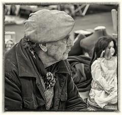 bruges, rommelmarkt (noenkelMi) Tags: old portrait blackandwhite man hat zwartwit candid brugge streetphotography oldman cap bruges portret fleamarket oud brujas muts vlooienmarkt hoed rommelmarkt oudeman straatfotografie klep bruggia