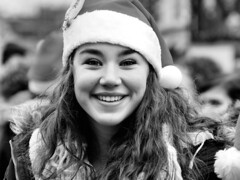 Merry Christmas - Fijne Kerst (d_t_vos) Tags: christmas street portrait blackandwhite bw white black haarlem girl smile face outside dof crowd streetphotography merrychristmas santahat youngwoman grotemarkt streetview 2014 outsite 3fm seriousrequest dickvos dtvos