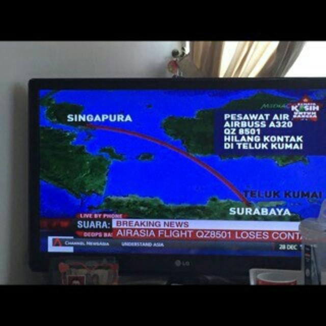 http://m.detik.com/news/read/2014/12/28/100225/2788215/10/pesawat-airasia-tujuan-surabaya-singapura-hilang-kontak, Breaking news pesawat air asia jurusan surabaya ke singapore hilang kontak tadi pagi pukul 06.17 wib membawa 155 penumpang liburan ke Singap