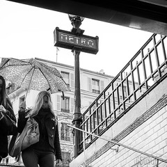 She (gsusce) Tags: gsusce bw byn bn blanco negro black white blancoynegro blackandwhite street calle metro subway paris monocromo monocromtico monochrome streetphoto streetphotography fotografiadecalle fotografiacallejera mujer woman escaleras lluvia paraguas rain umbrella stairs nublado cloudy
