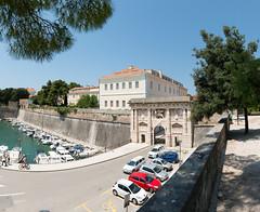Zadar - Landtor (Kopnena Vrata) und alter Hafen (Foa) (CocoChantre) Tags: auto befestigung boot hafen pkw schiff seefahrt segelboot stadtbefestigung stadtmauer stadttor strasenverkehr verkehr zadar kroatien hr