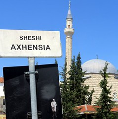 Berat, mosquée des plombs (YOUGUIE) Tags: streetart sticker lp albania autocollant berat shqiperia albanie leopipo leoetpipo