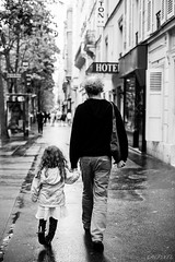 Main dans la main (LACPIXEL) Tags: street people urban blackandwhite paris france outside town calle nikon flickr child gente noiretblanc ciudad sidewalk parent urbano capitale fx rue enfant nino padre extrieur personnes ville gens trottoir urbain acera d4s blancoandwhite nikonfrance lacpixel
