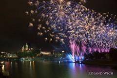 Krakw - Wianki Fireworks (Rolandito.) Tags: castle night river fireworks poland polska wawel polen fluss cracow polonia wisa vistula fleuve cracovie feuerwerk krakau pologne wianki weichsel krakw