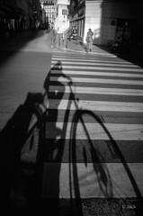 géant (Jack_from_Paris) Tags: r0002162bw ricoh gr apsc capture nx2 lr monochrom noiretblanc noir et blanc street paris marquage au sol urbain vélo bicyclette urban soleil sun shadow ombre matin morning grand giant 28mm blackandwhite monochrome