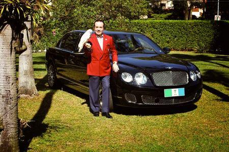 富豪將埋葬自己的一千五百萬豪車,引起無數人關注,但最後他說的話不得不讓大家佩服他的個聰明且善良的富豪。