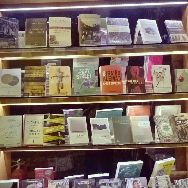 Livraria Martins Fontes.  A vontade era ter capacidade mental de devorar essa vitrine inteira numa semana! Um livro mais fantástico que outro.  O Capital Thomas #Piketty ja está em minha lista.  #wishlist #shelve #library #bookstore #saopaulo