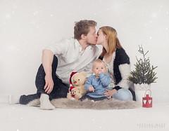 Christmas kiss (SteinaMatt) Tags: christmas xmas family portrait baby matt photography fjlskylda jl portrett steinunn anta ljsmyndun steina sturlaugur fjlskyldumyndataka matthasdttir jlamyndataka breterna