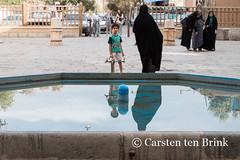 Fountain reflections (10b travelling) Tags: city persian asia asien desert iran middleeast persia mosque oasis asie iranian masjid jame yazd 2014 zoroastrian neareast moyenorient naherosten jameh mittlererosten tenbrink carstentenbrink westernasia iptcbasic 10btravelling