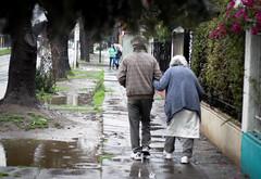 Caminata (Lukas Osses Codelia) Tags: lluvia dia gas amarillo ojos silla paso caminar paraguas frio tarde abuelos abuelo canas balon seor miradas cebrea