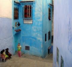 Attentives (Eric DOLLET - Trs peu prsent) Tags: bleu morocco maroc enfants chefchaouen ericdollet
