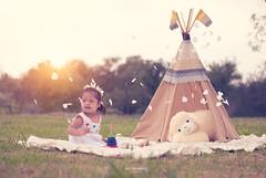 Estefana (ivalvarezphoto) Tags: feliz sonrisa exterior sesion infantil india tienda teepee tepee tipi nia gente petalos peluche pretty
