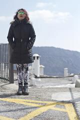 Entre el cielo y el suelo. (elojeador) Tags: mujer chica amarillo gafas prima asfalto pintura botas prim chimenea capileira abrigo lasalpujarras alquitrán baranda leggins elojeador contendenciaaquedarmecalvo