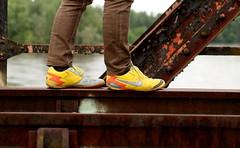 Le mystre des chaussures jaunes (Et si, et si ...) Tags: piotr rail pont couleur chaussures dtail jaunes marcher