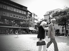 Style (52er Bild) Tags: osnabrueck nexus 5x people bw schwarzweiss udosteinkamp germany deutschland nikolaiort monochrom mann frau paar couple eleganz plaza niedersachsen osnabrck google lower saxony lge