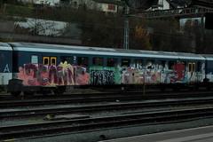 Versprayter B mit Graffiti zum Abbruch bereit am Bahnhof Stein Sckingen im Kanton Aargau in der Schweiz (chrchr_75) Tags: chriguhurnibluemailch christoph hurni schweiz suisse switzerland svizzera suissa swiss chrchr chrchr75 chrigu chriguhurni 2014 november 1411 eisenbahn bahn train treno zug schweizer bahnen tranin albumbahnenderschweiz november2014 albumbahnenderschweiz2014712 juna zoug trainen tog tren  lokomotive  locomotora lok lokomotiv locomotief locomotiva locomotive railway rautatie chemin de fer ferrovia  spoorweg  centralstation ferroviaria