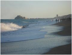 Paseantes en la bruma.. (margabel2010) Tags: paisajes mar personas olas playas costas pescola brumas cieloytierra marycielo marytierra cieloymar paisajescosteros costasmarinas