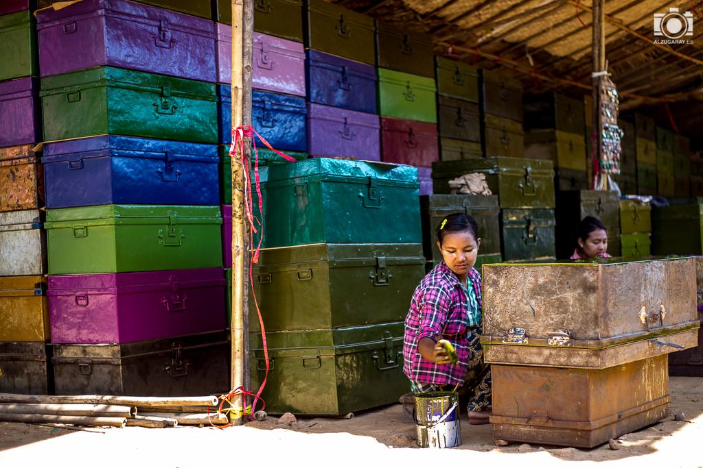Puesto de cofres metálicos en el mercado de Old Bagán (Myanmar)