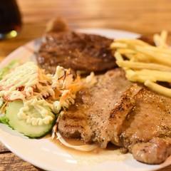 สเต็กเนื้อ + หมูพริกไทยดำ ณ ร้านพงษ์อิน (หลังธนาคารออมสิน)   ถ่ายสดไม่ปรับไม่แต่ง