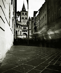 Purgatorio (Claudio Taras) Tags: street longexposure shadow people bw film bokeh 6x7 claudio rodinal controluce trier taras streetshot foma rollfilm contrasto mamiyarb67 pellicola 65mm fomapan nd3