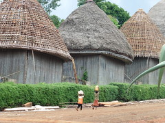 Kinder vor dem Palst Bandjoun#traditionelle Kultur erhalten