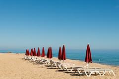 Les touristes sont partis (D.DUQUESNOY) Tags: rouge marin parasol paysage alignement borddeleau