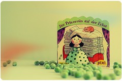 P for a Present: The Pixi - book: Princess and the Pea and a few Peas (Dany Morgens) Tags: buch book princess peas grn tale pp pes pixi mrchen geschichte erbsen erbse prinzessin prinzessinaufdererbse pixibuch