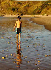 Carlos en la orilla al atardecer (ccc.39) Tags: sunset beach atardecer child playa arena nio reflejos piedras orilla goldenart