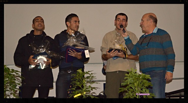 Remise des prix salle Charles Pagès, podium au scratch masculin, 1er Thierry FERRAT (Aix Athlé Provence) en 2324, 2eme Vincent Boucena BADON (Alès Cevennes Athlétisme) en 2347, 3eme Adil EL HADAFE (Alès Cévennes Athlétisme) en 2508, et lanimateur Je