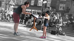 File0210 (mariej55quebec) Tags: red people woman man rouge artist femme crowd foule homme gens artistes vieuxqubec spectacle jongleur acrobates artistesderue amuseurs