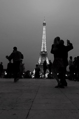 Last tango in Paris (alestaleiro) Tags: city bw paris france tower blancoynegro lights monocromo luces noche blackwhite dance couple torre tour pareja amor cit eiffel romance tango amour noite trocadero francia nuit nite baile bianconero ville encuentro nocturno rendevous alestaleiro lumire latour