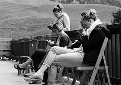 jeux de dames (glookoom) Tags: light blackandwhite bw black monochrome montagne gris noir noiretblanc lumire smartphone contraste groupe blanc femmes chamrousse