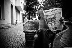 faulheit und arbeit (josefcramer.com) Tags: europe europa germany berlin neuklln neukoelln street strasenphotographie strassenfotografie photography urban flaneur cafe newspaper josef cramer leica 24mm m240 p asph elmarit kienitzer erste sahne schwarz schwarzweis black white blackandwhite bw monochrome einfarbig