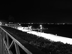 Siracusa_244_1718 (Dubliner_900) Tags: sea bw seascape monochrome nightshot olympus sicily seashore sicilia siracusa biancoenero ortigia notturno siracuse micro43 handshold mzuikodigital17mm118 omdem5markii