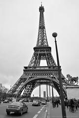 Torre Eiffel movimentada (Luiz Felipe Martins) Tags: europeanunion france rpubliquefranaise francia frankreich frankrijk paris pris thecityoflight lavillelumire ledefranceregion panam parisiens eiffeltower toureiffel torreeiffel
