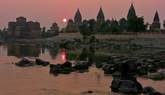 INDIEN, Chattris in Orchha am Abend, 14016 (roba66) Tags: city travel sunset sun india building history tourism monument arquitetura architecture de atardecer reisen asia asien cityscape sonnenuntergang sundown platz urlaub capital kultur tomb culture places visit historic explore amanecer mausoleum stadt architektur historical tradition sonne indien bau faade fassade inde historie voyages geschichte grabmal orchha northernindia kulturdenkmal chhatri tikamgarh coucher soleil betwariver pradesh roba66 madhya indiennord kenothaps indienchattrisinorchhaamabend