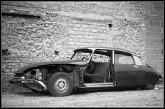 Dying Goddess 1985 (Rob de Hero) Tags: abandonded citroen ds wrack analog film analogue car auto bw blackandwhite schwarzweiss kalkwerk limburg diez oldtimer autowrack carwreck crashed goddess göttin negativschrott