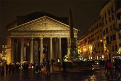 Regen vor dem Pantheon (Helmut Reichelt) Tags: italien roma nikon nacht pantheon obelisk streetphoto rom spiegelung regen d3 pigna schirme piazzadellarotonda nikkor35mmf2 colorefexpro4 captureone8