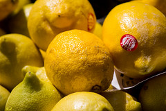 Vitaminons-nous ! (Sandrine_L) Tags: frutas fruits yellow jaune canon market amarillo mercado giallo citrus march citron 1200d