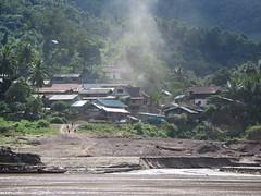 """Village au bord du Mekong <a style=""""margin-left:10px; font-size:0.8em;"""" href=""""http://www.flickr.com/photos/83080376@N03/15236323824/"""" target=""""_blank"""">@flickr</a>"""