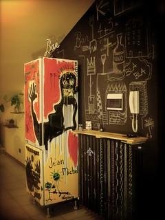 parete e frigorifero dipinti a mano