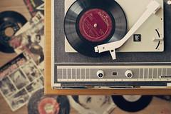 El tocadiscos (Ali Llop) Tags: vintage disco vinyl pickup player turntable retro record vinilo phonograph tocadiscos fonomaleta
