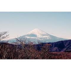 ภูเขาไฟฟูจิตั้งอยู่ในจังหวัด Shizuoka และ Yamanashi และมีเส้นจังหวัดลากผ่ากลางยอดเขา แต่ในปี 1974 ศาลได้ตัดสินให้พื้นที่สูงเกินกว่า 400 เมตรเหนือระดับน้ำทะเลให้เป็นพื้นที่ของเทพเจ้าไป... โห ! เริ่ดเว่อออร์... Cr. Marumura