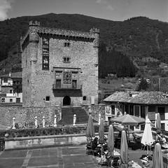 Potes, torre del Infantado (fcuencadiaz) Tags: bw cantabria analogica castillos ilfordpanfplus pueblosespaa fotografiaargentica