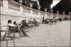 2009-09_IMG_1368_20151020NB (Réal Filion) Tags: park summer paris france garden chair jardin greenery luxembourg relaxation été parc chaise verdure détente