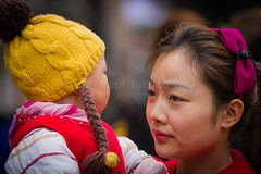 ADF_20140301_0550 (chiyowolf) Tags: chengdu sichuanprovince canoneos7d china streetscenes facesofchengdu peopleofchengdu portrait toddler baby motherandchild yellowbeanie bow magenta ef70200mmf28lisiiusm magentabow hairornament hairclip  travelphotography