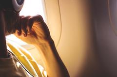 In viaggio verso la Norvegia. (sullen_snowflakes) Tags: uomo man mano hand light luce digitalphotography fotografiadigitale canon aereo airplane plane viaggio travel music musica